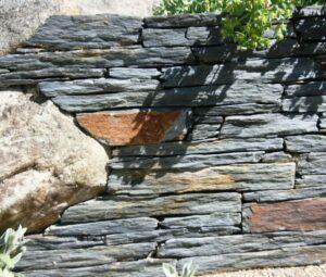 Détails d'un muret en barettes de schiste