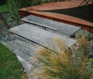 Dalles d'ardoises vers terrase en bois