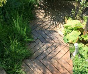 Marches en bois IPE à travers le végétal