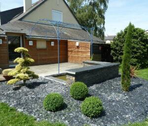 Terrasse détente avec bassin et muret ardoise