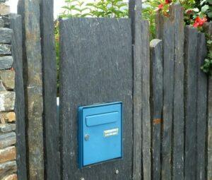 Intégration élément dans clôture schiste