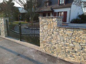 Piliers en pierre naturelle avec portail