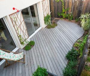 Terrasse bois avec massifs intégrés